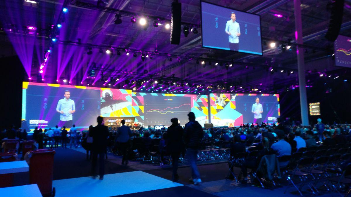OMR17 Expo Hall mit großen Leinwand und vielen Menschen