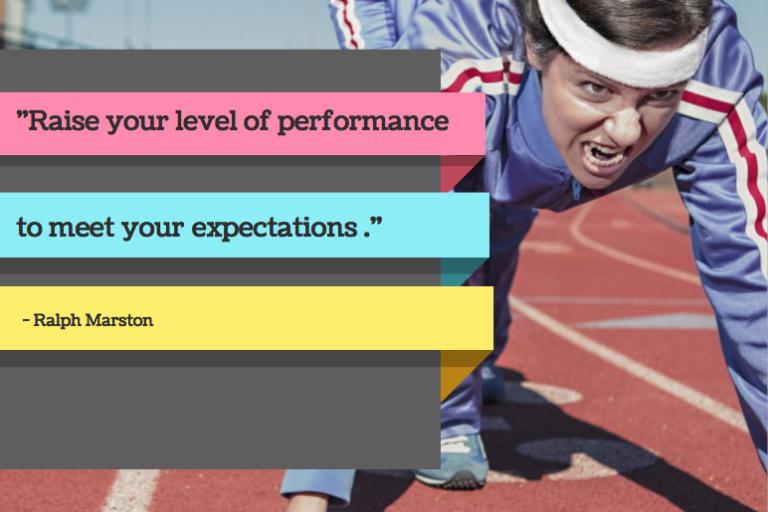 Beitragsbild zum Blog Performance marketing sportlerin trainiert mit zitat zu zielen und performanz von Agentur IronShark