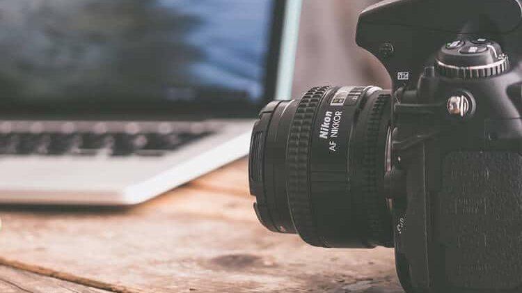 Symbolbild mit einem Laptop und einer Kamera für zu Bilder SEO Tipps.