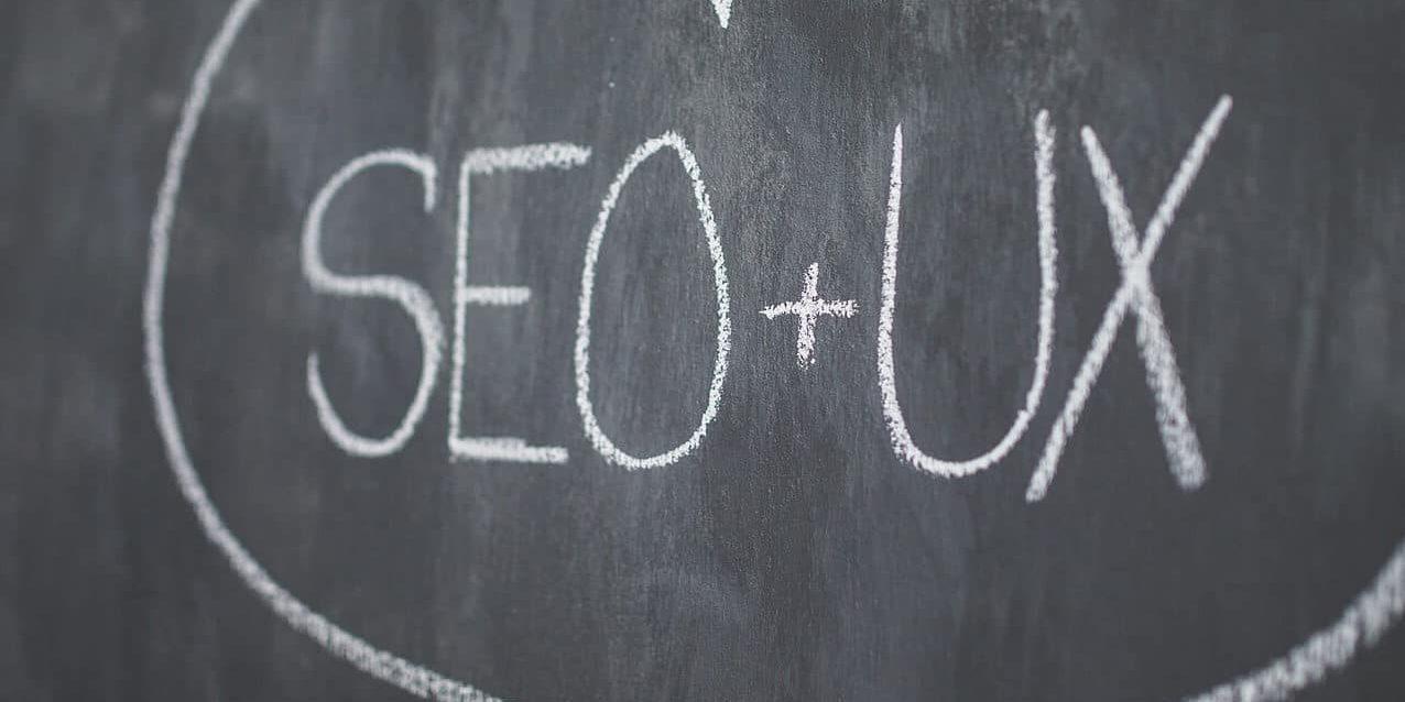 Mit SEO + UX beschriftete Tafel als Symbolbild für Symbolbild für Google Core Web Vitals
